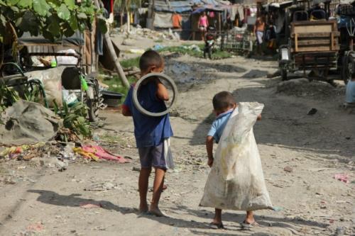 Slum in Manila markpedder.wordpress.co